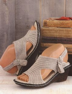 We are here again with this beautiful work in crochet yarn store. Now I bring this beautiful sandal in yarn store crochet. Crochet Shoes Pattern, Shoe Pattern, Knitted Slippers, Crochet Slippers, Knit Shoes, Sock Shoes, Flip Flop Socks, Crochet Ripple, Crochet Yarn