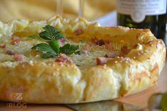 Torta di patate, preparata con una croccante sfoglia, pancetta e pecorino marchigiano e accompagnata da un calice di fresco Bianchello del Metauro D.O.P.