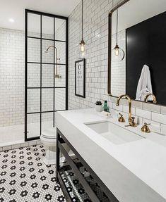Simple black and white bathroom with brass accents #regrant via @beckiowens @zincdoor #zincdoor #greatspace #bathroomdesign #blackandwhite #brass #interiordesign #decor