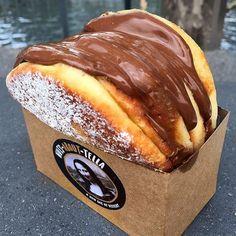 "Donut ""burger"" filled with Nutella 😍🤤 [📷: Köstliche Desserts, Dessert Recipes, Dessert Food, Kreative Desserts, Nutella Cupcakes, Food Porn, Tumblr Food, Food Goals, Food Places"