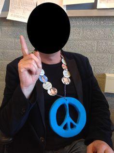 """VMBO GT CPE Beeldend 2014. Thema: ROEM. Opdracht: """"Maak een ereteken voor..."""". De leerling zegt: De titel is 'De Vrede's Boodschap'. Het is een ketting voor dictators. Om hen te wijzen op hun slechte daden."""