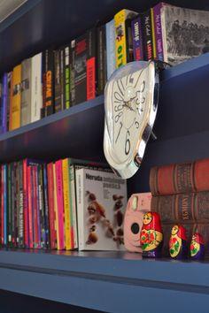 Detalhe da estante de livros | Projeto Unio Arquitetura #unioarquitetura Photo And Video, Leather, Accessories, Instagram, Decor, Books, Arquitetura, Decorating, Dekoration
