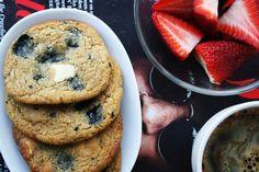 Seg-knapriga chocolate chip cookies med vit choklad, lakrits och citron.  #chocolatechip