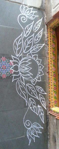 Chalk designs on pavement Lotus Rangoli, Indian Rangoli, Kolam Rangoli, Flower Rangoli, Beautiful Rangoli Designs, Kolam Designs, Mehandi Designs, Alpona Design, Rangoli Borders
