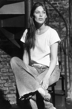 Jane Birkin usa t-shirt oversized branca, calça cropped flare e sapatilhas