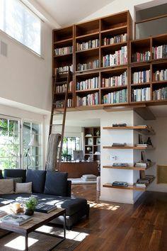 meuble bibliothèque mural en bois et échelle