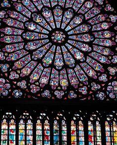 【ノートルダム大聖堂、フランス】細やかな細工が施されたステンドガラスの教会 Notre Dame de Paris, France-The stunningly colorful stained glass in the famous Gothic cathedral