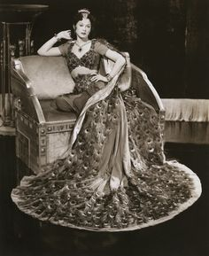 """Hedy Lamarr wearing the """"peacock dress"""" in 'Samson and Delilah,' Costume design by Edith Head. Golden Age Of Hollywood, Vintage Hollywood, Hollywood Glamour, Vintage Outfits, Vintage Fashion, Helen Rose, Peacock Dress, Peacock Costume, Green Peacock"""
