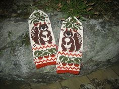 The pattern is in pictorial form with very clear, full-color charts for both hands and thumbs; there is no written instructions. Double Knitting Patterns, Knitted Mittens Pattern, Fair Isle Knitting Patterns, Crochet Mittens, Knitting Charts, Knitted Gloves, Knitting Stitches, Knitting Socks, Knitting Accessories