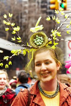 Festive, Crazy Hats at New York's Easter Parade - The Cut love this birds nest and flower nest topped hat Where can we get a beehive hat covered in honeybees? Crazy Hat Day, Crazy Hats, Funky Hats, Snowman Hat, Diy Snowman, Easter Hat Parade, Kentucky Derby Hats, Hooded Eyes, Easter Crafts