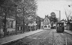 """Pichelsdorf, 1910. Hier sieht es heute fast so aus wie früher. Das Haus hinten steht noch, links im Flachbau befindet sich das Restaurant """"Büdnerhaus"""", sogar gepflastert ist die Straße noch (und die Straßenbahn anhand der unterschiedlichen Steine erkennbar). Das Bild haben wir dem Buch """"Spandau bei Berlin in alten Bildern"""" (Sutton Archiv, 2016) entnommen. Foto: promo"""