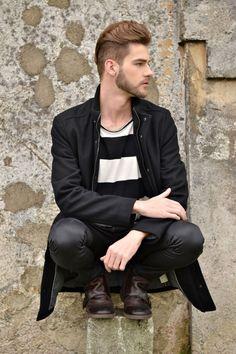 ootd, style, fashion, look do dia, moda masculina, bota, cabelo masculino, blond hair, trench, black trench, trench coat, preto e branco, listras, camiseta, botas, boots