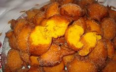 Sonhos de Cenoura I remember these, as a child, and for Christmas, we used to have pumpking ones. Yummy Recipes, Snack Recipes, Dessert Recipes, Cooking Recipes, Yummy Food, Portuguese Desserts, Portuguese Recipes, Portuguese Food, Desserts With Biscuits