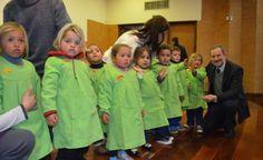 Niños de 3 años se destacan en Ciencias | Noticias Uruguay y el Mundo actualizadas - Diario EL PAIS Uruguay Coat, Jackets, Fashion, World, 3 Year Olds, Spotlight, Uruguay, Diary Book, Science