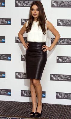 Mila Kuni con falda de cuero negra