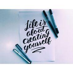ワンウィークデザインとは別注で、 「NPO法人シャプラニール」様と コラボデザインをさせていただきました。  Life is about creating yourself (=「人生とは自分を創ることである」) という言葉の強さをそのまま、 出したかったのでタイポのみのデザインで表現しました。  期間、数量限定のアイテムなので、是非! #art#drawing#handwritten#graphic#illust#illustration#nature#life#lettering#typo#typography#design#style#jammin#dlop#イラスト#タイポグラフィ#絵#レタリング#Tシャツ#デザイン#チャリティ#ジャミン