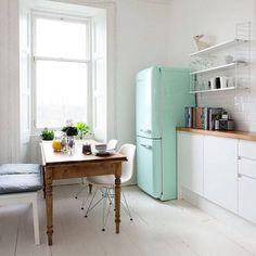 Zoals je ziet is zelf in een kleine keuken plaats voor een Smeg koelkast.
