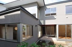 建築師 齋藤文子 的作品「成瀬の家」。 純白與原木的邂逅,造就這般日式清美學的空間。 via 齋藤文子建築設計事務所