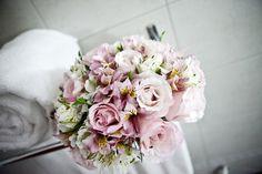 buquê de noiva com rosas, astromélias e lisianto