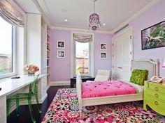 chambre petite fille avec murs mauve, meubles blancs et accents verts