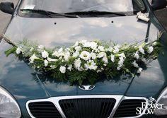 Trouwauto versiering in de vorm van een halve maan. prachtig voor moderne en klassieke wagens