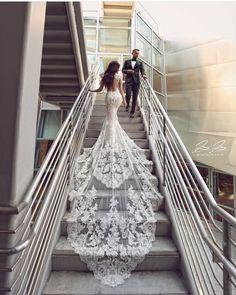 GAUN IMPIAN . . . Warna putih menjadi salahsatu pilihan terbaik untuk sebuah gaun yang dirancang oleh designer Enzoani, ciri khas dari gaun yang dibuat oleh enzo adalah ekor panjang yang dipadukan dengan detail lace yang begitu rapih, . . . . . . . #crownhunters #gown #couture