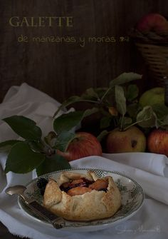 Galette de Manzanas y Moras Silvestres {Receta de Temporada} | Apples and Blackberries Galette {Seasonal Recipe} http://saboresymomentos.es