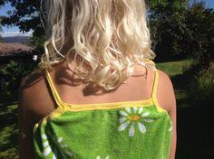 Detaljbilde av øverst i ryggen. Her ser du de gule ribbestoff-båndene. DIY, jumpsuit, frotte, stretch, buksedress
