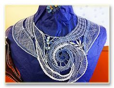 Collar De Encaje Moderno Lace Jewelry, Fabric Jewelry, Bobbin Lace Patterns, Wire Crochet, Textiles, Lacemaking, Lace Heart, Lace Detail, Weaving