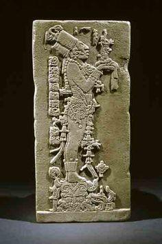 Рельеф представляет жреца народности майя в торжественной церемонии, посвященной маису. Люди майя поклонялись зерну, по древней легенде, оно было послано напрямую от богов.  Месоамерика. Майя. Паленке. VII в