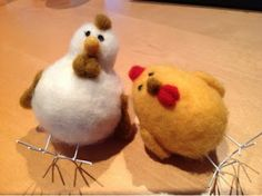 Needle felted easter chickens made by LeenaH Preschool Art Lessons, Chinese New Year, Handicraft, Needle Felting, Easter Chickens, Roosters, Easter Ideas, Eggs, Sculpture