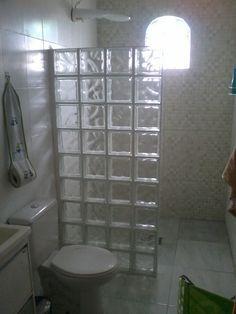 Substitui box, acabamento na frente do tijolo com pastilha de vidro. Tiny House Bathroom, Bathroom Toilets, Bathroom Design Small, Bathroom Interior Design, Interior Design Living Room, Glass Block Shower, Toilet Design, Bathroom Storage, Designer