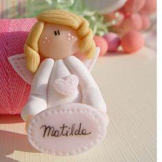 Angelita de porcelana fría con imán. Cada una viene dentro de una bolsita de…