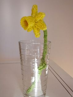 We ♥ this knitted daffodil and wish we were clever enough to make one too (in celebration of St David's Day)