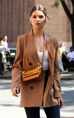 Emily Ratajkowski Films Beats Headphones Commercial in NYC - Hollywood Pipeline Emily Ratajkowski Street Style, Emily Ratajkowski Outfits, Looks Street Style, Model Street Style, Mode Outfits, Fashion Outfits, Womens Fashion, Celebrity Outfits, Celebrity Style