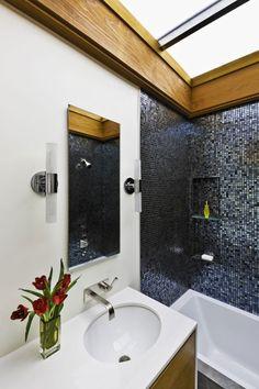 luxus-bad-schwarze-mosaikfliesen-waschbeckentisch-dekoration-glasvase-blumen