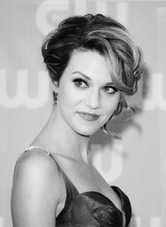 I really like the front of Hilarie Burton's hair in this look. Hottest Female Celebrities, Beautiful Celebrities, Beautiful Actresses, Celebs, Hillary Burton, Pretty People, Beautiful People, Divas, Cute Updo