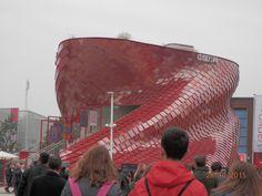 (foto di Purple) EXPO 2015, Milano, Italy struttura esterna del padiglione cinese, Vanke, composto da 4.200 lastre rosse in grès porcellanato metallico.
