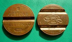 Il gettone telefonico! Si usava solo nelle cabine all'inizio valeva 100 lire poi 200 lire. Poi arrivarono le cabine che accettavano anche le lire  a monete e pian piano scomparve :-(