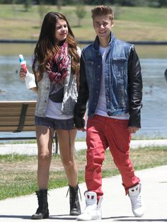 Is Justin Bieber Getting Bored With Selena Gomez Romance? Justin Bieber Selena Gomez, Justin Bieber And Selena, Justin Bieber Pictures, Selena Gomez Kiss, Selena Gomez Friends, Cute Celebrity Couples, Celebrity Gossip, Cute Couples, Angelina Jolie Wedding
