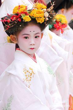 梅から桜へと春の襷が渡される中、北野天満宮で「梅風祭」が行われました。15時半~。時間は状況次第で調整されることもあるようです。ずいき祭りでも御奉仕されて...