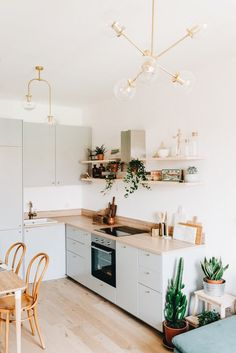 Cocina Ikea en acabado gris y encimera en madera integrada en salón / Grey kitchen Ikea with wooden countertop. Home Decor Kitchen, Interior Design Kitchen, New Kitchen, Home Kitchens, Small Apartment Kitchen, Kitchen Ideas, Grey Ikea Kitchen, Small Kitchen Cabinets, Galley Kitchens