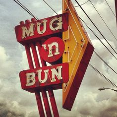 """Mug 'n Bun"" [Photo by funnel/eric kass (Eric Kass) - July 15 Old Neon Signs, Vintage Neon Signs, Fun Signs, Roadside Signs, Roadside Attractions, Advertising Signs, Vintage Advertisements, Electric Signs, Sign O' The Times"