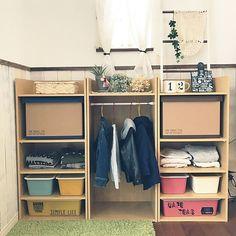 女性で、Otherの保育園グッズ収納/DIY/板壁DIY/RC熊本支部/ニトリラブ/モニター当選♡…などについてのインテリア実例を紹介。「場所を和室の前から リビングに移動しました。 元々ニトリのクリスマスツリーを 飾ってた場所で今日片付けたので 移動させましたっ!! 毎朝子供達は上着を自分で選んで 保育園に行っています! ニトリのカラーボックスのおかげで 子供の保育園の収納が とても便利になりました!!! ニトリ様様です!! とゆーことで別の場所の収納も 見直したいので 今からニトリにカラーボックス購入に 行ってきます!!(笑)」(この写真は 2016-12-27 12:43:28 に共有されました)