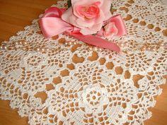 Tovaglietta rettangolare eseguita a mano all'uncinetto in cotone bianco. Centrotavola in pizzo. : Tessili e tappeti di i-pizzi-di-anto