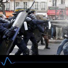 Pas besoin d'être devin pour imaginer la suite de ce qui va arriver si la Police et les CRS continuent a obéir aux ordres des criminels Étatiques. En tapant ainsi sur le peuple, les CRS et policiers s'engagent dans une voie qui va leur coûter très très cher, à la fois... #crs #france #manifestation