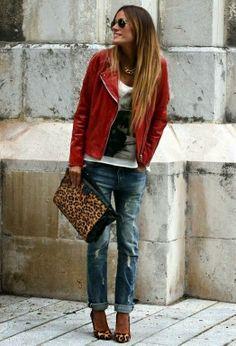 Jeans desteñidos, sandalias y chaqueta roja y sobre animal print