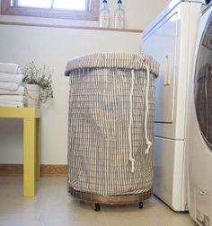Love this Cheap & Chic clothes hamper: How To Make a French-Vintage-Inspired Wire Hamper Diy Casa, Ideas Para Organizar, Ideas Hogar, Laundry Hamper, Laundry Bin, Laundry Cart, Laundry Rooms, Home Organization, Organizing