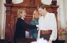 Le vite e le foto di Kathleen Turner: Kathleen Turner e l'allora First Lady Hillary Clinton a una conferenza stampa sulla salute delle donne tenuta al ministero della Salute degli Stati Uniti a Washington DC, nel maggio del 1995 - Il Post