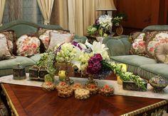 Rangkaian bunga pada meja ruang tamu+asessoris